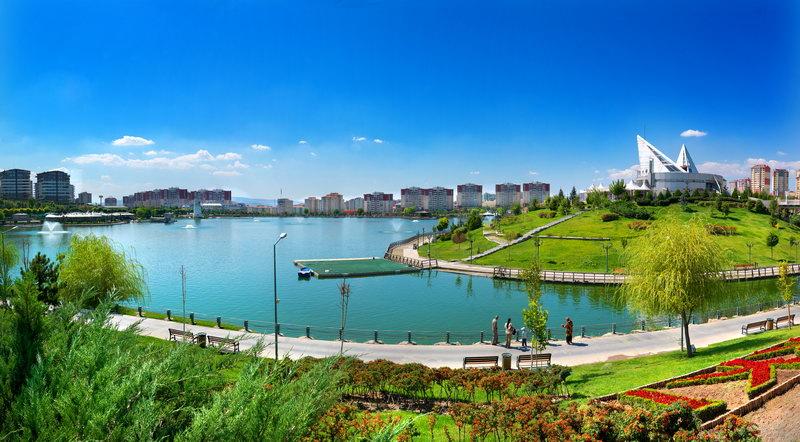Göl kenarında romantik bir yürüyüş yapabilirsiniz.